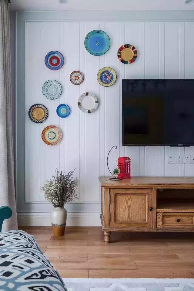 电视墙用纯白的石膏线装饰,简约,大气.图片