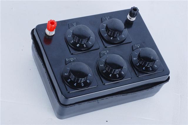 电阻箱,一种箱式电阻器。由若干个不同阻值的定值电阻,按一定的方式连接而成。接下来小编要给大家介绍一下电阻箱的作用以及电阻箱的使用方法。    电阻箱介绍   电阻箱是一种可以调节电阻大小并且能够显示出电阻阻值的变阻器。电阻箱是一种可以调节电阻大小并且能够显示出电阻阻值的变阻器。   电阻箱特点:1、高韧性,在温度剧烈变化的运行条件下,仍保持良好的韧性,不易断裂。   2、最佳散热设计,柜体结构具有最佳的冷却气流通路,消除了局部高温点和易灼烧点。   3、类型齐全,按照通流能力的大小,有带状、波纹绕线型