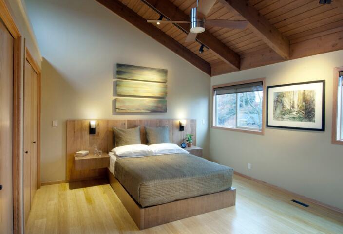 斜顶卧室是可以采用吊顶的,一般采用的是不规则吊顶的设计方法,可以使得斜顶卧室更具美观。以下为部分斜顶卧室吊顶设计,可供消费者参考:   (1)白色风格:集成吊顶是一体化的吊顶,可以适用于大多数的场合,使用在斜顶卧室中也是不错的选择,有利于居室的美观。再配合上简单的白色风格和法式家具,可以使得居室多添一份温暖的情调。   (2)紫色风格:柔和的紫色墙面搭上白色的窗帘可以使得斜顶卧室吊顶给人一种神秘的感觉,既优雅又高贵。   (3)奢华风格:斜顶卧室的天花以导弧形来塑造空间,再配上奢华风格的壁纸,使得整
