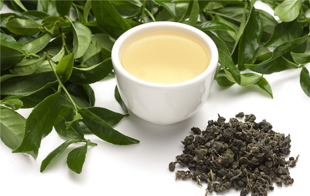 闽南安溪产,铁观音既是茶名,又是茶树品种名,此茶外形条索紧结,有的形如秤勾,有的状似蜻蜒头,由于咖啡碱随着水份蒸发,在表面形成一层白霜,称作砂绿起霜。   此茶冲泡后,异香扑鼻,乘热细啜,满口生香,喉底回甘,称得上七泡有余香。   5、凤凰水仙   是产于广东潮安凤凰乡的条形乌龙茶,分单丛、浪菜、水仙三个级别。   有天然花香,蜜韵,滋味浓、醇、爽、甘,耐冲泡。主销广东、港澳地区,外销日本、东南亚、美国。   凤凰水仙享有形美、色翠、香郁、味甘之誉,茶条肥大,色泽呈鳝鱼皮色,油润有光,茶汤澄