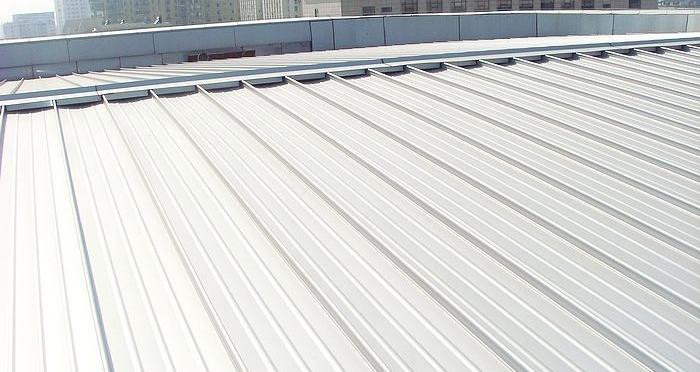 屋面板是可直接承受屋面荷载的板。房屋的屋顶,一般使用铝镁锰或合金等金属制成。    什么是屋面板   屋面板不是屋顶,只是屋顶的一部分。就是现浇或者预制板的结构层。是在结构面层上做完防水层后的顶面,建筑屋面比结构屋面多个防水面层。   屋面板厚度   屋面板厚度和配筋要按计算确定。最小要取100mm即可。提醒注意的是,如果屋面板里走的电管较多或直径较大时,建议考虑适当加大板厚。   屋面板防水   屋面防水工程一般包括屋面卷材防水,屋面涂膜防水,屋面刚性防水,瓦屋面防水,屋面接缝密封防水。屋面防水严禁