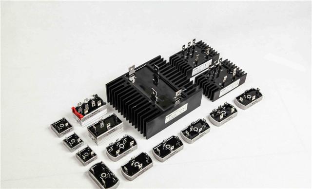 流发电机产生的交流电变为直流电,以实现向用电设备供电和向蓄电池图片