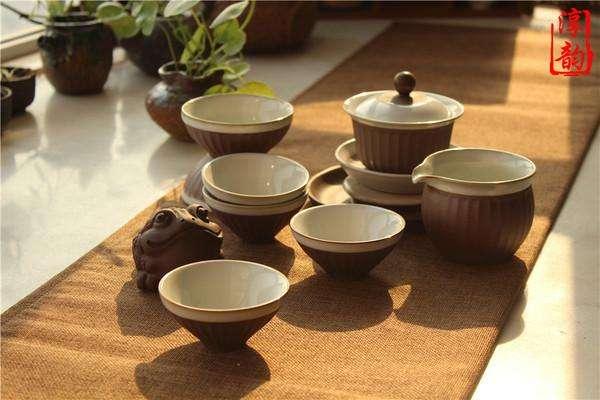 功夫茶是民间一种传统饮茶习俗,广泛流行于福建闽南地区以及广东潮汕地区。功夫茶第一重要的就是茶具,功夫茶的茶具十分讲究,潮州功夫茶一套也有十几种茶具。那么你知道功夫茶品牌有哪些,哪些品牌比较好?我们一起看看功夫茶具品牌排行榜吧。  2017年功夫茶具十大品牌排行榜1、言艺功夫茶具 言艺功夫茶具是出时间珍贵的古哥窑,外形别致,圆润的壶身就像一个小巧的南瓜,壶嘴自带有过滤孔,满足你个性品味需求。