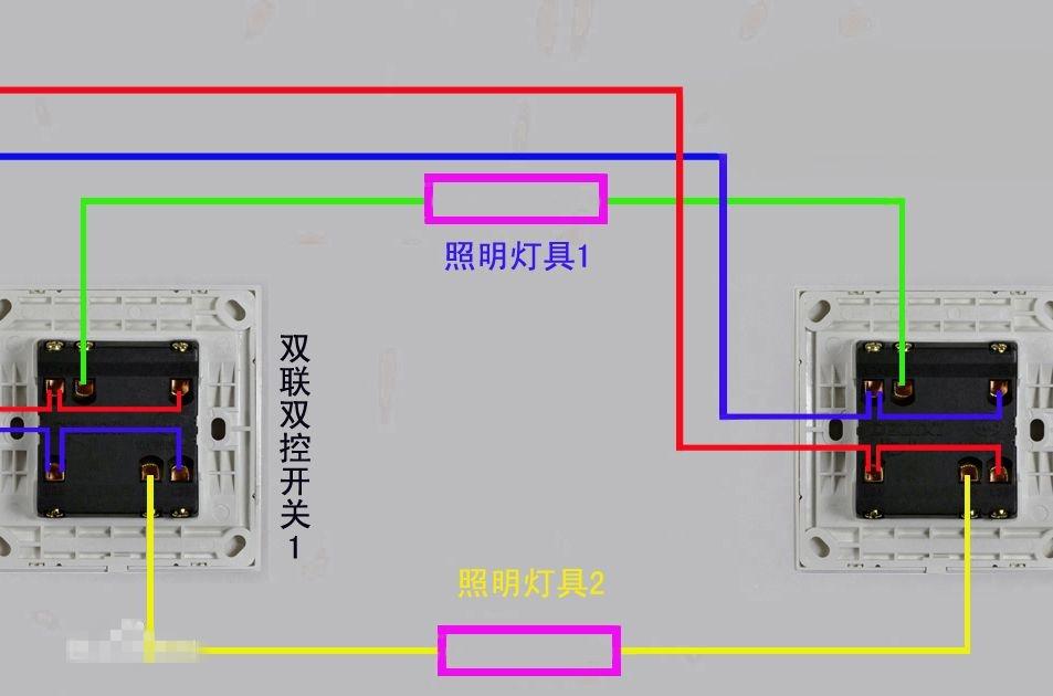 什么是双联开关?双联开关又称双控开关。这两条电路保证当任意一个开关状态改变,可以使中间连接的电器和电源在开路/断路状态切换。接下来就一起看看双联开关接线图吧。    什么是双联开关   单联指一个按钮,单控:就是说它只有一个触点(常开触点或常闭触点)。双控:就是说它有两个触点(常开触点和常闭触点)。这些开关都是指按钮,带弹簧的那种。单联单控开关一般用于点动控制,双联单控开关一般用于长动控制。   这两条电路保证当任意一个开关状态改变,可以使中间连接的电器和电源在开路/断路状态切换。单控开关特点:通与断