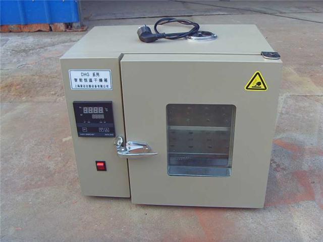 电热恒温干燥箱通常由型钢薄板构成,箱体内有一供放置试品和工作室,工作室内有试品搁板,试品可置于其上进行干燥。那么电热恒温干燥箱用途有哪些?电热恒温干燥箱使用方法是什么?    电热恒温干燥箱特点   电热恒温干燥箱常被我们称为干燥箱,恒温干燥箱,干燥箱。   1、外壳采用静电喷涂工艺,漆膜稳定可靠;   2、可选用多种控温仪表、控温精度高,稳定性能好;   3、箱门采用硅胶条密封,密封效果好。    电热恒温干燥箱用途   电热恒温干燥箱适用于各种产品或材料及电气、仪器、仪表、元器件、电子、电工及汽车