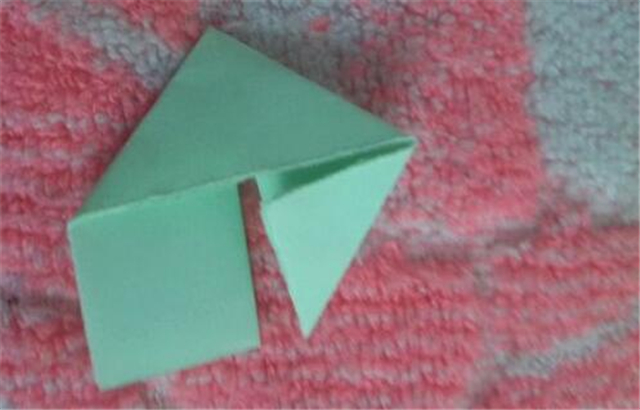 纸菠萝的折法      材料:长方形的纸若干     步骤:将准备好的