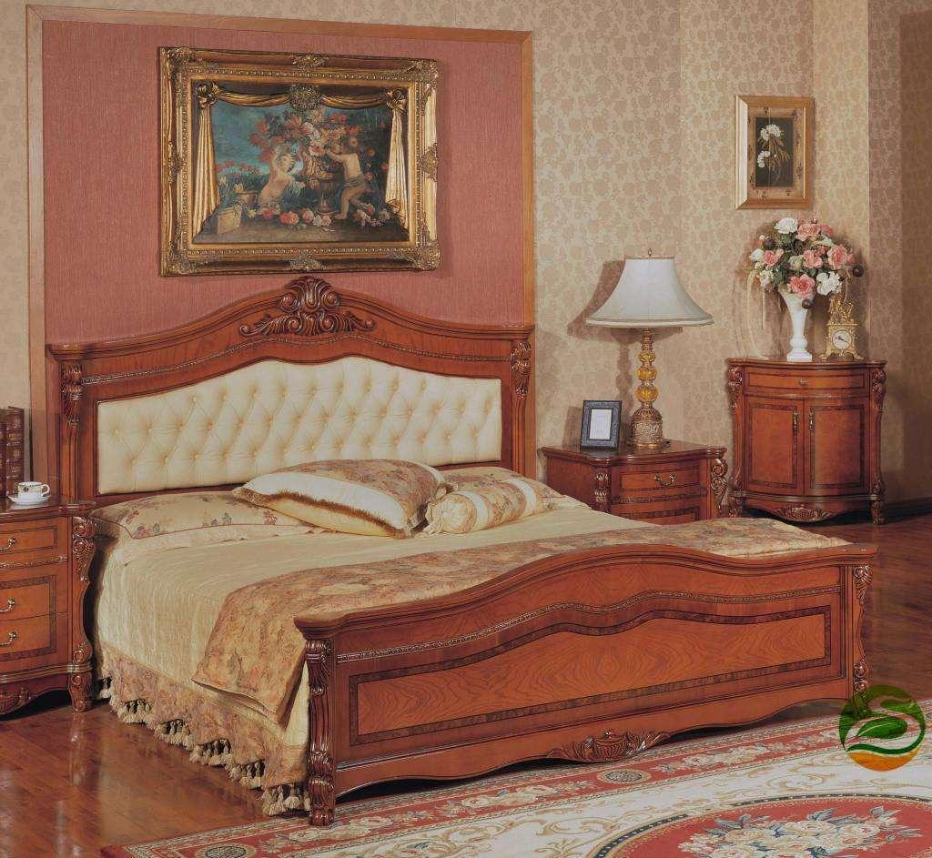 欧式实木床介绍   小编今天在这里主要给大家介绍两种实木床,一种是华日欧式实木床,一种是光明欧式实木床。   华日的产品强调崇尚自然,返璞归真。以粗犷原始的北欧风情为主导风格,欧式实木床都带有缜密饿原始木材纹理,透甚至以独特的不规则的原始原木形状作为欧式实木床外形,故意外露的榫卯可谓匠心独运。如果您喜欢粗犷原始风格的实木产品,不妨选择华日欧式实木床试一试。   近年来,光明生产的欧式实木床主要走欧式家具路线,其产品飘逸着一股浓郁的欧式家具风味,设计注重其风格、主题和格调,力求表现木材的