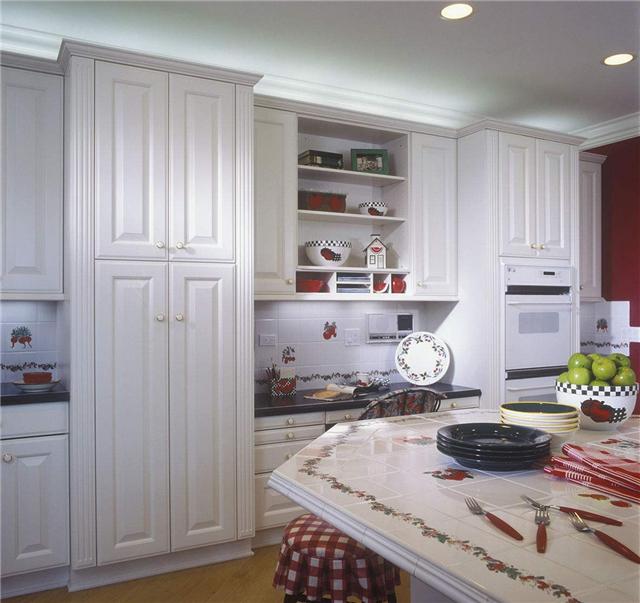 在现代的家居装修装饰中,柜子门的使用已经是非常流行, 无论是在柜子门的材质、颜色的选择和独特的设计上带个人的都是对高生活品质的享受。不过碰到柜子门的安装问题,很多人都苦恼,所以接下来小编就来介绍一下柜子门怎么安装以及定做柜子门多少钱一平方。  柜子门怎么安装 1、准备安装工具,十字螺丝刀,报纸或者纸箱等铺在地上。