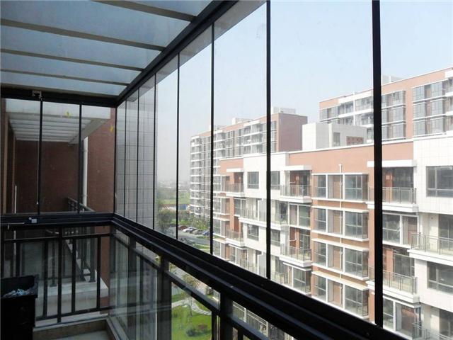 大家都知道,阳台若没有相应的窗户的话,是会存在很大的安全隐患的,为此必须就是作出封阳台的举动,及时的作出窗户形式,让居室的安全有一个保障。那么封阳台有那几种封法呢?封阳台哪种窗户好呢?    封阳台有那几种封法   先了解一下自己家的阳台结构:   常见的阳台结构,常见阳台封装方法:   1、整体框   整体框是指框架从地面做到阳台顶面,为一个整体框架,一般是上半部分分推拉窗(平移窗);下半部分为固定框,是由铝合金边框固定住其中的玻璃。   整体框的优点:美观大方,整体感强,安全牢固。   整体框的缺