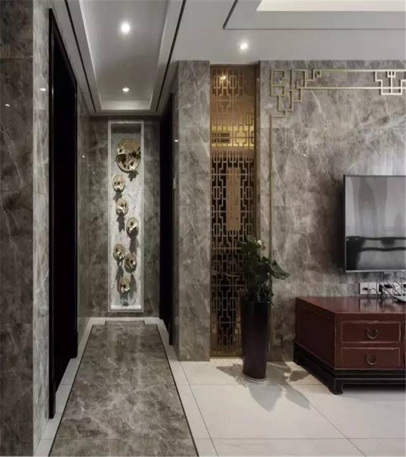 走廊与客厅的地面,墙面,都用大理石进行了铺设,作为区分,客厅的地面