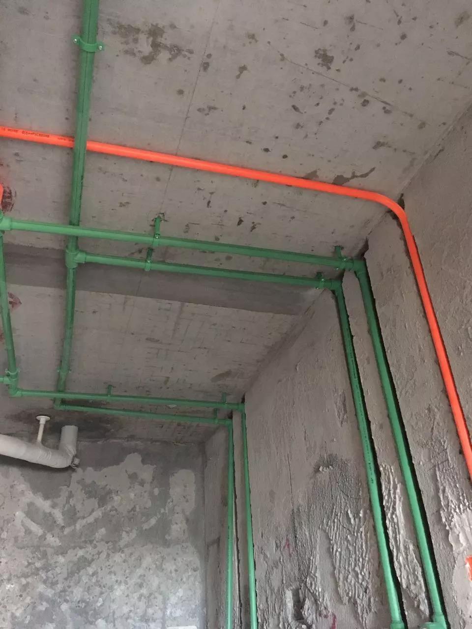如果新房改水电,拿到房子的时候水电已经预埋了,电路走的是活线,也