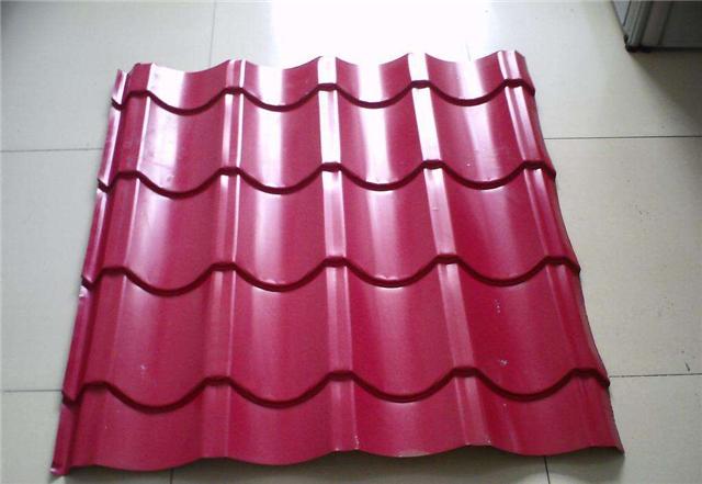 琉璃瓦具有强度高、平整度好,吸水率低、抗折、抗冻、耐酸、耐碱、永不褪色、等显著优点,而广受人们的青睐。现在市场上的琉璃瓦生产厂家越来越多,质量也就存有好坏,那么怎样辨别琉璃瓦的优劣呢?    琉璃瓦种类有哪些   1、板瓦:这是覆盖在屋面的主要防水构件,截面为四分之一圆形,前部较宽,后部较窄,厚度约1.