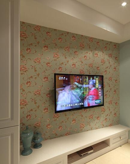电视背景墙选用了碎花系墙纸,田园风融入地中海风,却非常自然.