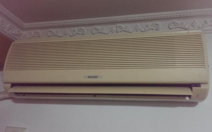 柜式空调清洗方法:先将柜机的面板拆下,找到空调的蒸发器,将专用泡沫清洗剂摇匀后均匀的喷在空调蒸发器上,然后盖上面板,静置10分钟左右,开启空调并把风量及制冷量调至最大,保持开启空调30分钟,即可。为避免出风口吹出一些泡沫及脏物,可用一块湿布盖住出风口。   夏普空调不制冷的原因:   1、制冷剂泄露。(表达为里外机都工作,压缩机也工作,但就是没效果)。   2、压缩机电容毁坏或不好,造成压缩机不工作。(现象和上表情差无几,但压缩机不转,且过热)。   3、室温感温头阻值变值,造成空调外机不工作。(现象
