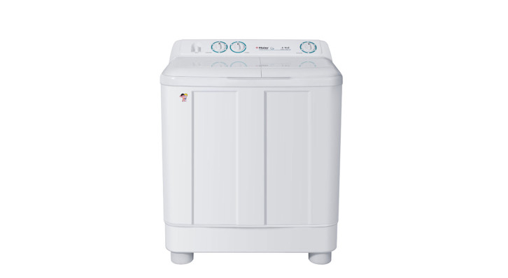 海尔双缸洗衣机怎么样   1、方便洗涤。海尔双缸洗衣机洗衣机定位于高端,其核心部件为S-D芯变频电机,可以精确感知衣物洗涤状态,调整内筒物理状态,衣物洗涤更均匀。   2、自净系统。海尔双缸洗衣机具有A.B.T自洁净系统,由专用抗菌窗垫和视窗内置双喷淋引擎组成。AMT抗菌窗垫有效遏制霉菌滋生,双喷淋引擎则彻底清洁残留泡沫,保护衣物免受二次污染。   3、干燥技术。海尔双缸洗衣机拥有内桶干燥技术,可以有效起到防霉菌的作用,高速旋转产生的风能够快速干燥内外桶,杜绝霉菌的滋生,为衣物营造干净的洗涤空间,同时