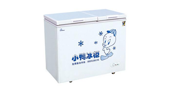 冰柜与冰箱的比较:   电冰柜是一种冷藏装置,工作原理跟电冰箱相同,冷藏温度在0以下。简称冰柜。电冰柜是一个笼统的称呼,它的种类很多,其形式和结构是从实用性能和美学性能等方面考虑。   电冰箱是保持恒定低温的一种制冷设备,也是一种使食物或其他物品保持恒定低温冷态的民用产品。   电冰柜和电冰箱各有各的用处,电冰箱适用于家庭,电冰柜适用于商用比如超市或饭店,电冰箱的耗电量相对比较要小一些现在生产的电冰箱一般耗电量都在0.