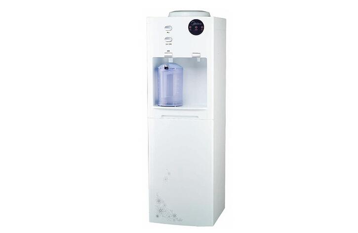 美的JL1056S饮水机 这款美的饮水机的型号为JL1056S,外观选用的是欧式外观,摒弃了以往的印花、水纹等样式设计,整体线条流畅,简约大方,同时融合时尚元素,是家居搭配的良品,提升了都市人生活品味。 美的饮水机具有加热、制冷、取水、待机、复位等多种功能选择,贴心的刻度标明,让喝多少都随心所欲。