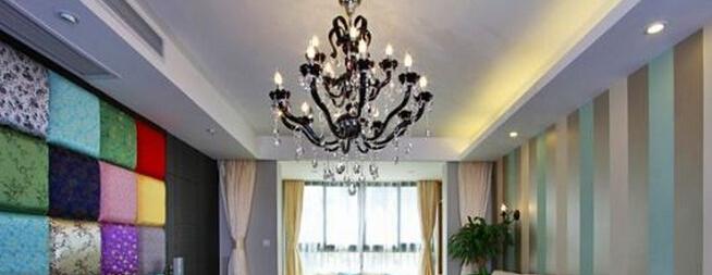 一、客厅吊灯选购技巧   总体照明可使用顶灯,一般可在房间的中央装一盏单头或多头的吊灯作为主体灯,创造稳重大方、温暖热烈的环境,使客人有宾至如归的亲切感。   顶灯的选用按客厅的面积和高度来决定,如果面积仅有十多个平方,而且居室形状不规则,那么最好选用吸顶灯,如果客厅又高又大,选用吊灯可按照主人的年龄、文化、爱好,对舒适与温馨的看法和标准,以及对光照风格的要求而选择。   1、局部照明   局部照明则可以利用落地灯、壁灯等达到使用和点缀的效果。看电视和休闲阅读,安装高杆落地灯比较合适,看电视和阅读时关