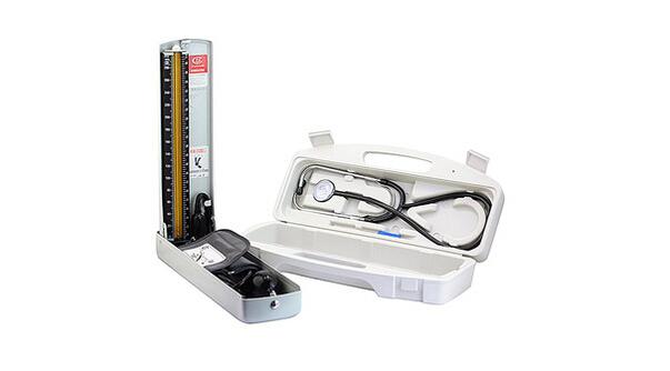 【血压计的由来】   市面上的血压计有电子血压计、水银血压计(压力计)、弹簧表式血压计(压力计)。电子血压计有臂式、腕式之分;其技术经历了有气芯的第一代(最原始的臂式与腕式)、无气芯的第二代(臂式使用)和第三代(腕式使用)的发展。水银血压计(压力计)和弹簧表式血压计(压力计)用于听诊法测量血压,必须配合听诊器,由医生或护士判断,得出收缩压、舒张压的读数。   其实,早在1835年,尤利乌斯埃里松就发明了一个血压计,它把脉搏的搏动传递给一个狭窄的水银柱。当脉搏搏动时,水银会相应地上下跳动。医生第