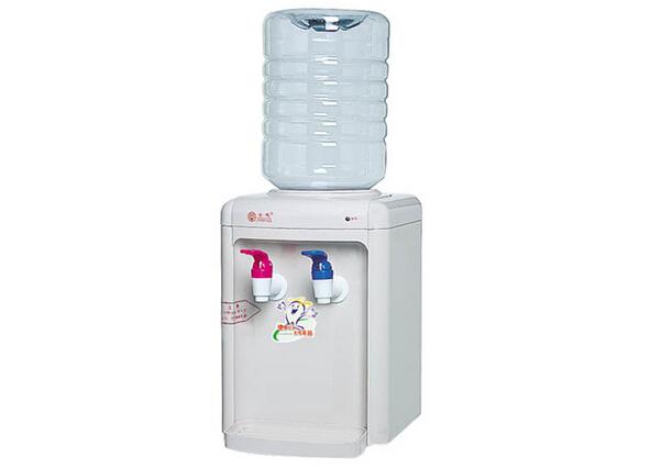 【饮水机能把水烧开吗】   饮水机是用一个内胆(不锈钢罐)烧水的,在内胆上有两个温控器,一个是用来防干烧的,另一个是加热跳保温的,咱日常生活用水用什么都烧不到100度的,只能达到95度以上,一般加热跳保温温控是80-90度的,但因为热传导原因80度温控烧开水后水温应在85度以上当水温下降到设定温度时,温控器触点接通电源回路,电热管重新发热,如此周而复始地使水温保持在85-95之间。这仅是对一般饮水机来说的,好机子应该在90度以上,沏茶性饮水机可达到95度以上。   水在引水机内是不能烧沸太长时间的,内