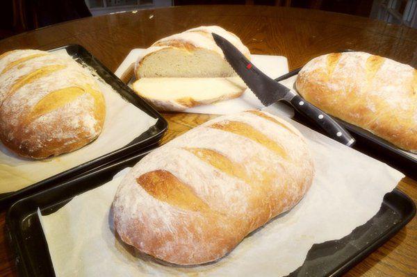 被称为厨房神器的微波炉可能功能多多啊,既可以加热食物、解冻,还可以烤鸡翅、做爆米花、做蛋糕、做面包等等,今天我们主要来学习一下如何使用微波炉做蛋糕和面包的方法吧。      微波炉做蛋糕的方法   用料:   普通面粉 1大匙(15ml,下同)、玉米淀粉 1大匙、无糖可可粉 2大匙、糖 2大匙、牛奶 3大匙、鸡蛋 1个、融化黄油或无味植物油 2大匙、巧克力碎 可不用   做法:   1.