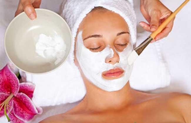 牛奶蜂蜜保湿面膜   蜂蜜1匙、牛奶粉1份、鸡蛋清1个,混合均匀制成面膜,用棉签将其在脸上涂上薄薄一层,20分钟后用温水洗去,连续使用一个月。   酸奶蜂蜜嫩肤面膜   1、蜂蜜和酸奶以1:1的比例拌在一起,涂在脸上,15分钟用清水洗去即可,此款面膜是收敛毛孔的。   2、酸奶、蜂蜜、柠檬汁各100毫克加5粒维生素E调匀,敷面并保留15分钟,然后用清水洗净,可促进皮表上的死细胞脱落、新细胞再生,从而达到健美皮肤的目的。