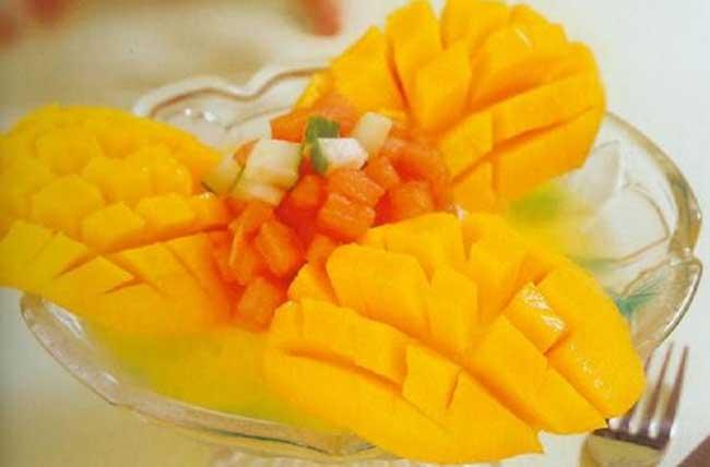 吃芒果过敏的人或者是过敏体质的人,最好把芒果切成小片后再少量食用
