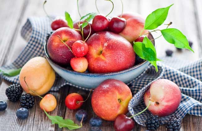 水果   老鼠喜欢吃雪梨、苹果、西瓜、哈密瓜等,跟人类的喜爱类似。   总结:老鼠爱吃的食物就先为大家介绍到这里了,其实老鼠的智力超乎我们的想象,智力成熟度似乎能与我们匹敌,除了人类以外,老鼠是哺乳类中繁殖最迅速且最成功的。