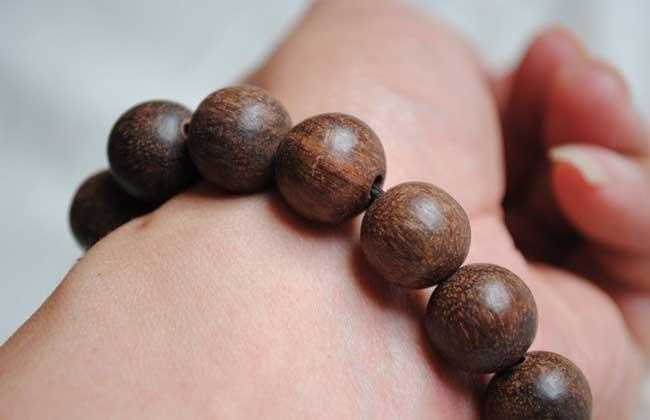 和保养方法       沉香手串就是用沉香木制作的手串