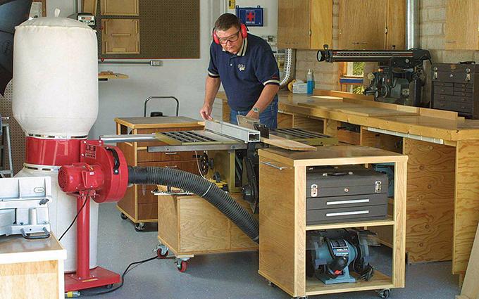 六、门窗的制作   木工施工工艺第一步就是先对其门窗的制作,当然门窗的制作也包括门套与窗套的制作。   七、家具框架   其木工施工所制作的家具有:厨房橱柜、电视柜、衣柜、书柜、边柜、酒柜等等,当然第一步则是进行制作框架。   八、封装   在木工施工制作完木制品后,则需对其整个木制品表面进行一个细节的封装。   九、细节检查   木制品表面封装后,细节上的检查也是必不可少的,应该有一个对其木制品表层细节修补过程。   木制品表层细节修补完成后,最后就是对其表面层进行一个油漆修饰,使之更加的完善。
