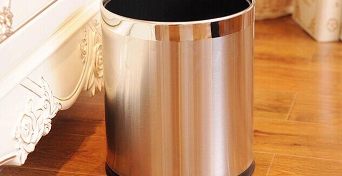 市场上的垃圾桶什么样的都有,有盖的,没盖的,大的,小的,脚踩的。家用的垃圾桶不需要和商场中的那么大,因为垃圾桶藏污纳垢,所以最好是每日都定时清理,如果垃圾桶太大,清理起来也很麻烦。   家用垃圾桶选购要点一、厨房垃圾桶最好带盖   市面上还有带盖和不带盖的两种垃圾桶,厨房因为带水分的垃圾多,易散发气味,最好选带盖的。丢进垃圾桶前须沥去水分,随时封口,不带盖的垃圾桶可放一些干性、没有气味的垃圾,适合卧室或客厅,干性垃圾中的废电池、废日光灯管、废水银温度计、过期药品等有害垃圾,也需要分装并密封。   家用