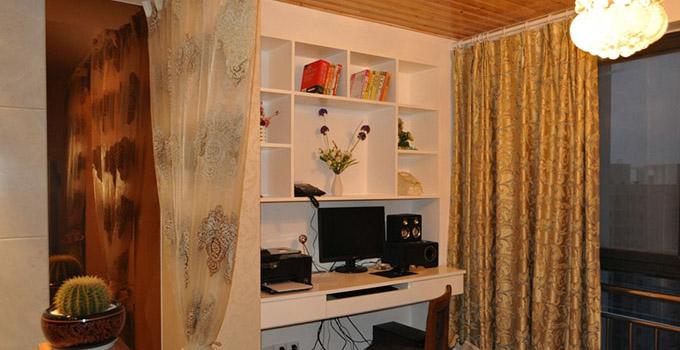书柜是阳台书房设计中必不可少的元素,阳台书房设计在选择书柜的