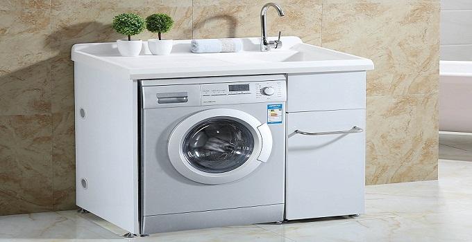 卫生间上下水方便,易于排水,且不会像阳台一样长期被暴晒;而且人们洗澡后就可直接把衣服放进洗衣机,很方便。从风水上来说,卫生间五行属阴水,阴水无力克火,水生木,木生火,五行相生,洗衣机摆放其中,可令家人倍感温馨。   如果卫生间太小,无法摆放洗衣机,可退而求其次,将洗衣机摆放在阳台。阳台上晾晒衣物很方便,且一般距离平时活动频繁的区域较远,不会受到影响。   如果只有采光阳台,那么洗衣机放在阳台时要注意不要暴晒,可以设计放在窗帘、或者是遮光性好一点的阳台角落里,如果有必要,可以给洗衣机作一个防晒防尘罩,放