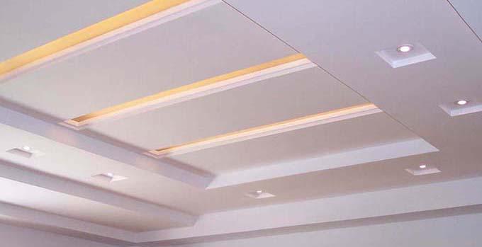 首先跟着小编来看看石膏板吊顶安装方法详解:   石膏吊顶安装方法详解1、   在安装石膏吊顶正式施工前,工人先要用水平管来测量墙面弹的墨线是否水平,只有保证了基础线的确实水平,才不会让后来安装的吊顶产生倾斜或存在高低落差。   石膏吊顶安装方法详解2、   石膏板吊顶需要固定在牢固的木质龙骨框架上,因此之前对龙骨材料的仔细挑选就成为了必不可少的步骤,建议大家尽量选择握钉力较好的松木材质,铝板龙骨也是不错的选择。   石膏吊顶安装方法详解3、   因为龙骨是木质的,因此必须注意防火,规范的做法是现在龙骨