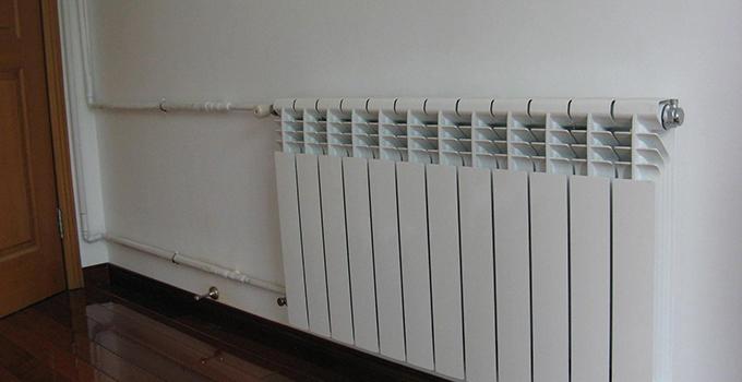 以下是家用暖气系统的优点与选购注意事项: 一、家用暖气系统的优点 1、舒适、保健 地面辐射供暖是最舒适的供暖方式。据有关资料显示,通常人们感觉适宜的脚部温度为24 ,头部温度为20 。用地面辐射供暖时,室内地表温度均匀,室温由下而上逐渐递减。 2、卫生益于健康 不易造成污浊空气对流,室内空气洁净。