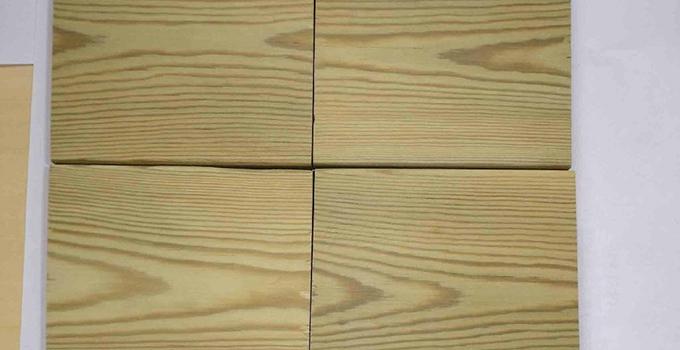 木材防腐处理的方法有浸泡法,扩散法和热冷槽。   一、木材防腐处理方法浸泡法   在常温常压下,将木材浸泡在盛防腐剂溶液的槽或池中,木材始终处于液面以下部位。浸泡时间视树种、木材规格、含水率和药剂类型而定,具体以达到规定的药剂保持量和透入度为准。   为了改善处理效果,在浸泡液中可设置超声波、加热装置,以及添加表面活性剂,改进木材的渗透性。视浸泡时间的长短,浸泡法可分瞬间浸渍(时问数秒至数分钟)、短期浸泡(时间数分钟至数小时)和长期浸泡(时间数小时至1个月)。适用于单板和补救性防腐处理,以及临时性的