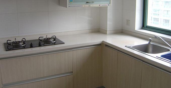 厨房防水施工,先预埋好给排水管道,清理整平墙地面基层,刮一层素水泥