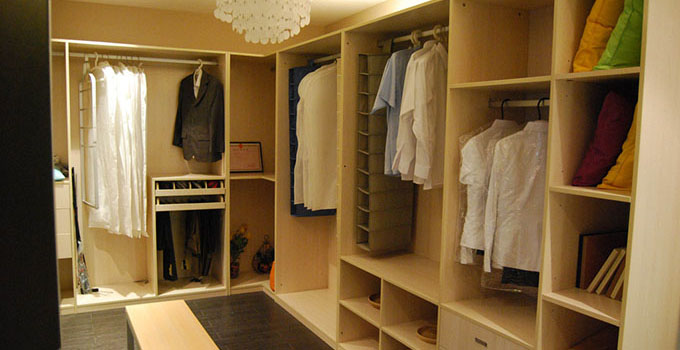欧式豪华卧室有衣柜,电视,梳妆台,床