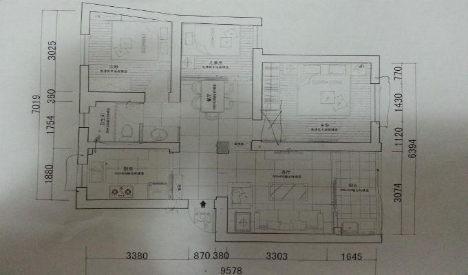 4.房屋量房一般流程    准备量房工具   量房时基本工具有卷尺(长度5米以上)、纸笔,还有相机、绘图板、激光测量仪等。    绘制房间图纸   在量房前记得携带房屋户型图,如果没有带,可以现场画出大概的平面结构图。巡视一遍所有的房间,了解基本的房型结构。图不需要太讲求尺寸,只要能进行数据标记就行。    实施测量   首先,测量各个房间墙地面长宽高、墙体及梁的厚度、门窗高度及距墙高度;   其次,查看各种管道、暖气、煤气、地漏、强弱电箱,标注具体位置;   最后,查看原墙面的基层处理质量,判断