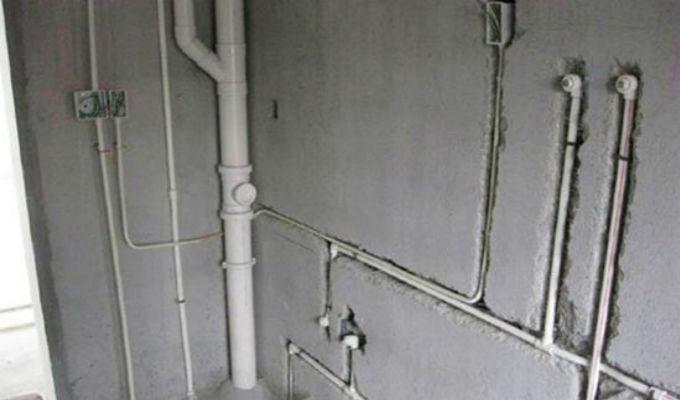 水管布局一、水管改造常见方法   1、明管改暗道   明管改暗管,把水管埋进去,为了美观。   2、加装热水管   加装热水管。用燃气热水器的家庭,引长管线到卫生间;用电热水器的家在卫生间和厨房分置热水器,分别就近接热水管。注意:PPR管分冷热水管,相应的管壁和耐压程度是不同的,热水管管壁厚。   3、更改水表位置   更改阀门水表位置,水管总阀门改低位,甚至包起来,这给日后维护和工作带来了一定的隐患,推荐:将水总阀门放在一个比较好的开放的位置。如台面上,阀门后的管道再做低位处理;洗衣机移地或水龙头引