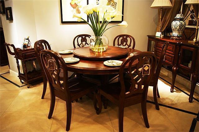 家里餐厅选圆餐桌还是方餐桌