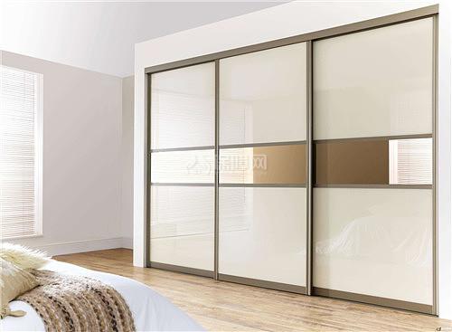 4,卧室衣柜带镜子   若是柜体上带有镜面,则禁止将其对着卧房的