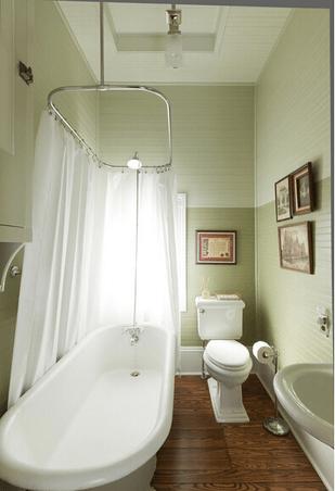 墙壁和吊顶是以木板为材料装修,地板也采用木地板,使卫生间的触感更加