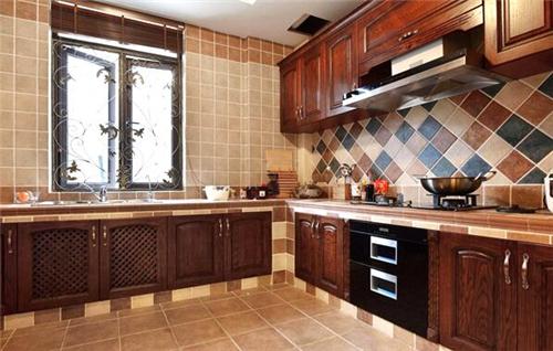 这款厨房装修设计中,木质直梯橱柜的使用让整个厨房弥漫着