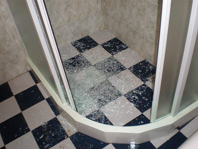淋浴房玻璃防爆膜要安装吗 教你如何避免淋浴房自爆