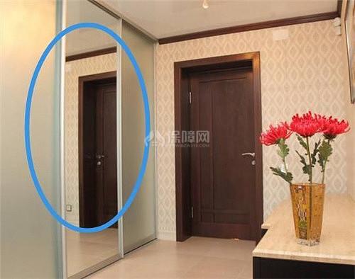 厕所门人体_镜子面对厕所门,当厕所门敞开时,镜子会照出很多的门相对,的确不好