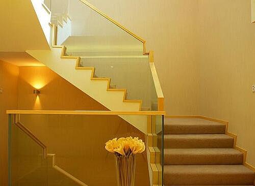 楼梯玻璃扶手怎么安装 楼梯玻璃扶手的安装技巧