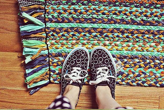 怎样用旧衣服做地毯 简单手工地毯编织方法