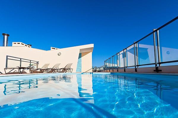 屋顶泳池兴起:一边享受日光浴,一边欣赏城市景观