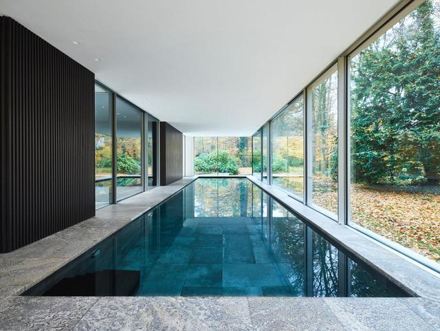 石头玻璃打造的现代风格住宅建筑 在湖泊与密林之间融入自然